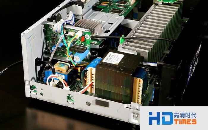 800uf滤波电容,上方数字电路板核心芯片特别用金属板覆盖以隔绝干扰.