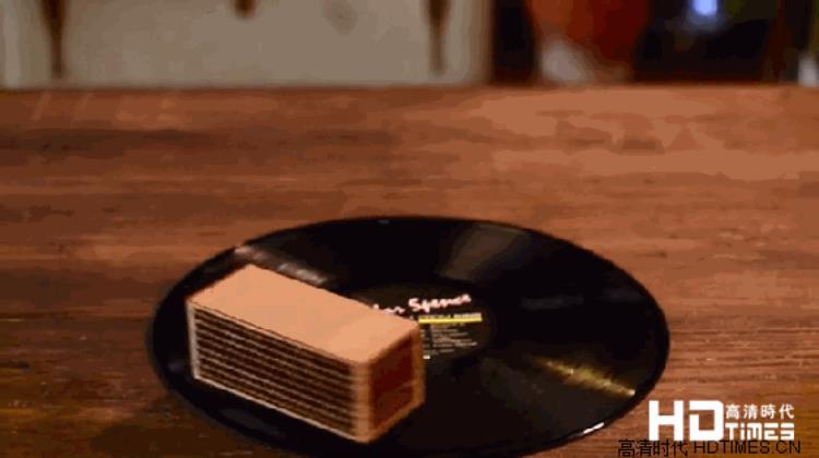 见过便携音箱 但是你见过能随身携带唱片机吗?
